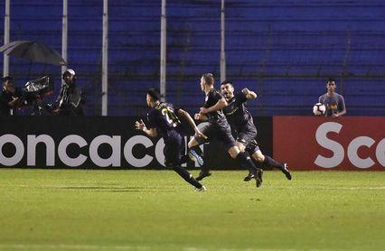 Comunicaciones potencia su liderato del fútbol en Guatemala con goleada y doblete del colombiano Corena