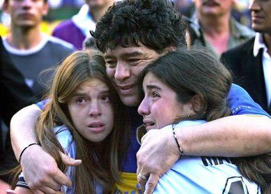 El abogado de Maradona dice que sus hijas le robaron y lo abandonaron