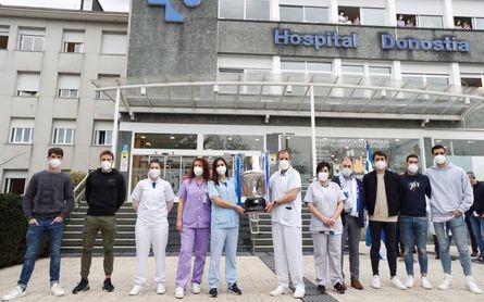 La Real Sociedad ofrece simbólicamente la Copa del Rey a los sanitarios