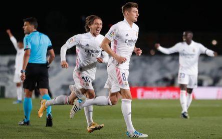 Real Madrid 2-1 Barcelona: El vendaval blanco detona LaLiga