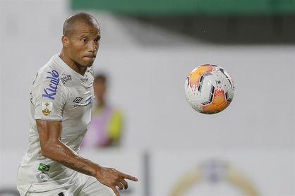El uruguayo Carlos Sánchez vuelve a entrenarse con Santos seis meses después