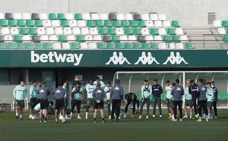 El Betis, que 'ayudará' al Barça, vuelve al trabajo con varias incógnitas