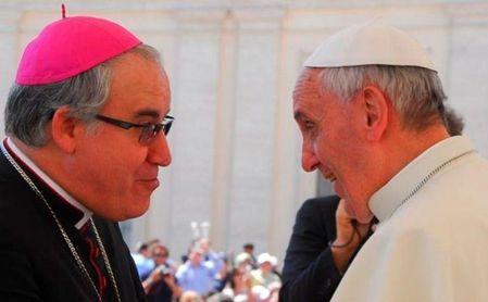 El nuevo arzobispo de Sevilla, José Ángel Saiz Meneses, en una imagen con el papa Francisco..