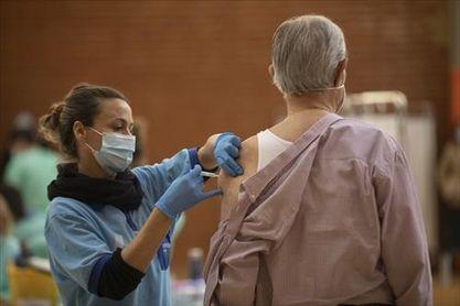 Andalucía administra 10.969 dosis y 1.958 personas completan su vacunación.