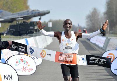 Kipchoge despega hacia el maratón olímpico con 2h04:30 en Twente