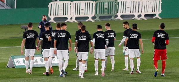 Elche y Valladolid saltan al campo con camisetas en contra de la Superliga