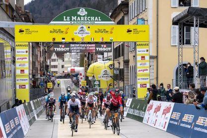 Colbrelli remata al esprint la primera jornada de montaña, Dennis sigue líder