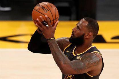 Lakers anuncian la baja de James para el partido de esta noche ante Nuggets