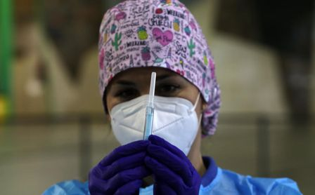 Andalucía anuncia el inicio de la vacunación de la segunda dosis para 71.000 profesionales esenciales.