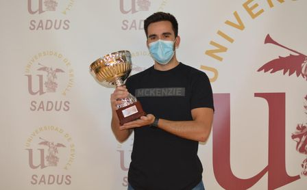 Jesús Pérez recibe el trofeo de campeón del Torneo de Tenis 2020-2021.