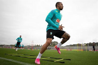 La selección brasileña vuelve a entrenarse en silencio y rodeada de rumores