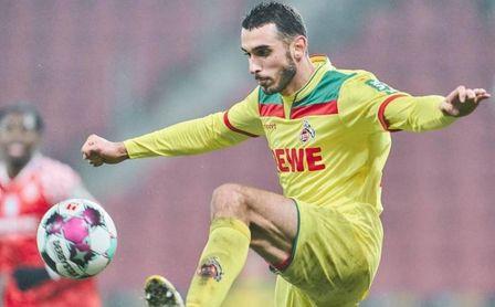 Un rival del Sevilla FC se lanza a por Skhiri.