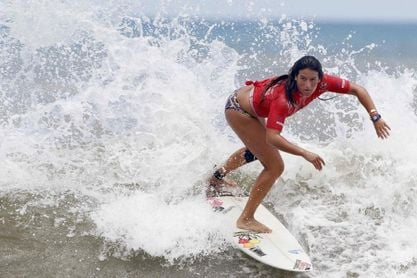 La surfista ecuatoriana 'Mimi' Barona asegura un cupo en Tokio y ahora sueña con medalla