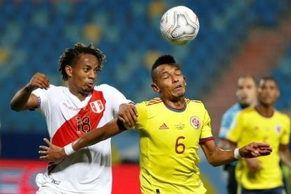 1-2. Un gol en propia puerta de Yerry Mina le da vida a Perú