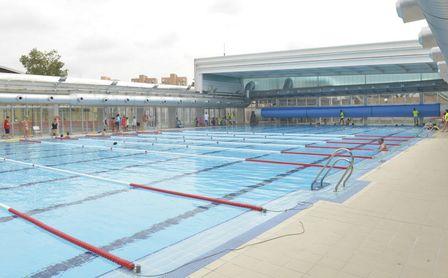 El Ayuntamiento presenta la campaña de verano en las piscinas Rochelambert, Alcosa y Tiro de Línea