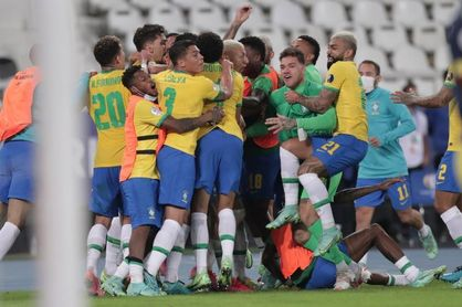 Brasil rescata la victoria en el centésimo minuto y sella pase a cuartos