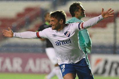 Nacional apuesta a la potencia goleadora de Bergessio para seguir en la cima del fútbol en Uruguay
