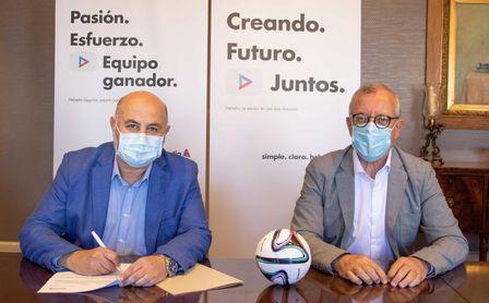 El director de Marketing, Comunicación y Responsabilidad Corporativa de Helvetia Seguros, Javier García, y el presidente del Club Balonmano Triana, Miguel Ángel Valle, han protagonizado la firma del acuerdo.