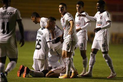 Athletico Paranaense se impone al Fortaleza y le mete presión al Bragantino