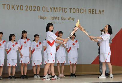 La antorcha olímpica inicia el relevo en Tokio a puerta cerrada por la covid