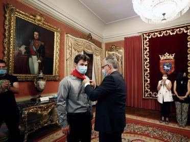El alcalde impone el pañuelo de San Fermín al campeón del mundo de ajedrez