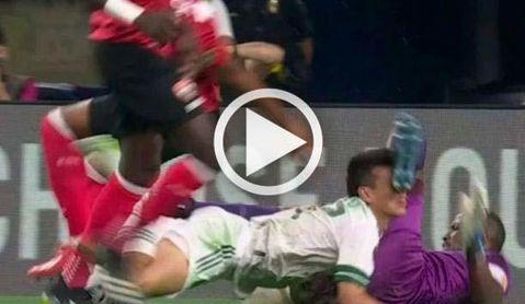 Brutal lesión de Hirving Lozano, relacionado con el Sevilla