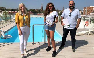 Catherine Spencer, directora de la Residencia Youniq Sevilla; Aya Cabeza, jugadora de rugby de la Universidad de Sevilla, y Juan Carlos Rubio, director de qousIT.