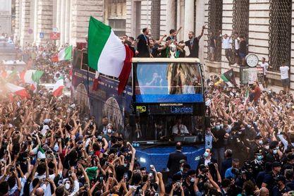Italia recorre Roma con un autobús descubierto para celebrar la Eurocopa
