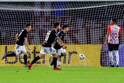 3-4. Libertad aprovecha los errores defensivos del Junior y gana en Colombia
