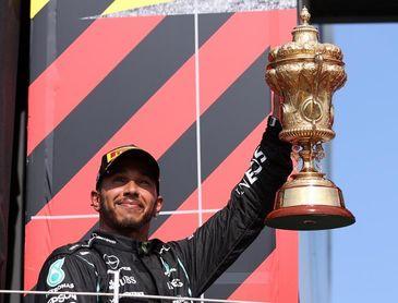 Hamilton resurge: con polémica y en casa