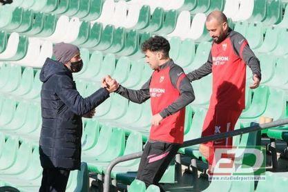 """""""Monchi camina en chándal entre los jugadores, sabe lo que pasa, está cerca del entrenador"""""""