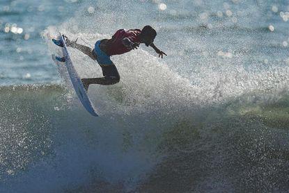 Italo Ferreira, el mejor sobre las olas en el estreno olímpico del surf