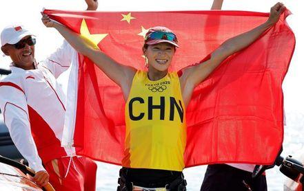 La china Yunxiu Lu, oro en RS:X femenino.