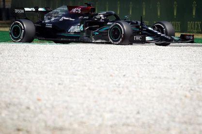 Hamilton manda en los segundos libres; fuerte accidente de Sainz
