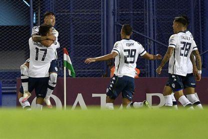 Vélez sigue en ascenso en el torneo de fútbol en Argentina, mientras que Estudiantes apenas empata