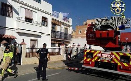 Un hombre de 70 años muere en un incendio en Sevilla y los bomberos rescatan a un bebé y a una mujer