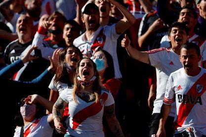 Los hinchas de River celebran su vuelta al Monumental en el superclásico