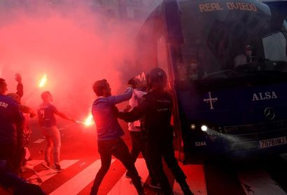 Dos detenidos y varios heridos tras carga policial contra afición del Oviedo