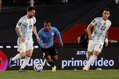 Brasil desacelera pero ya pone un pie en Catar y Argentina golpea a Uruguay