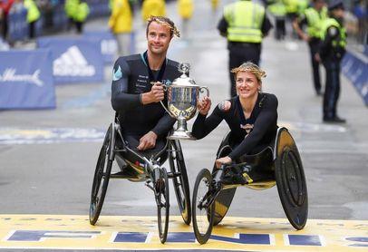 Los suizos Marcel Hug y Manuela Schär ganan la carrera de silla de ruedas de la Maratón de Boston