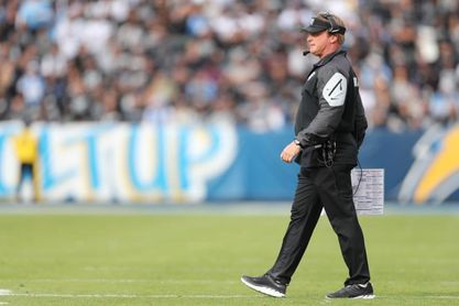 Gruden deja cargo de entrenador de Raiders por correos electrónicos ofensivos